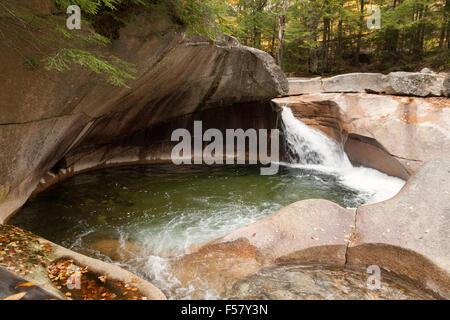 Le bassin, une fonctionnalité de granit géologique avec cascade, Franconia Notch State Park, New Hampshire, USA Banque D'Images