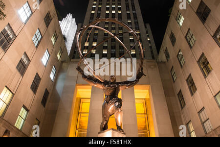 NEW YORK - 14 septembre 2014 : voir l'Atlas de bronze statue à l'extérieur en face du Rockefeller Center de Manhattan, Banque D'Images