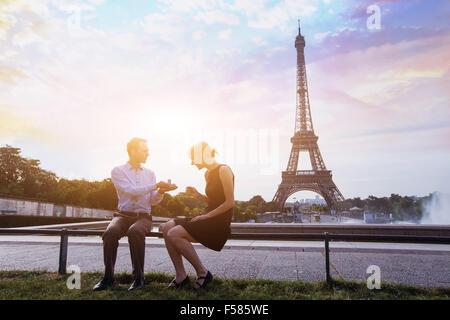 M'épouser, proposition à la Tour Eiffel à Paris, de belles silhouettes de young caucasian couple Banque D'Images
