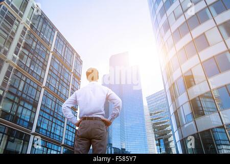 Notion de carrière, les antécédents en affaires, l'homme à la recherche de bâtiments à bureaux