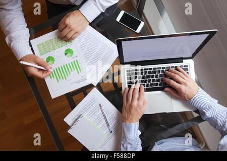 Les gens d'affaires travaillant sur la table, vue du dessus Banque D'Images