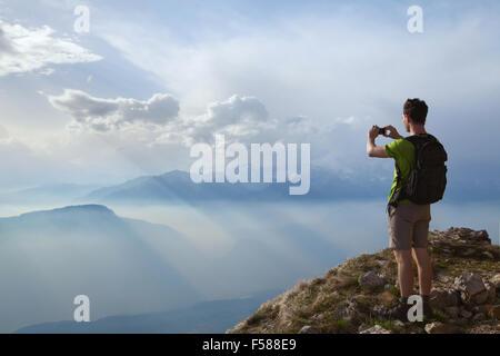 En randonneur photo de beaux paysages de montagne avec un téléphone mobile Banque D'Images