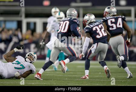 Foxborough, Massachusetts, USA. 29 Oct, 2015. New England Patriots Duron évoluait Harmon (30) retourne une interception Banque D'Images