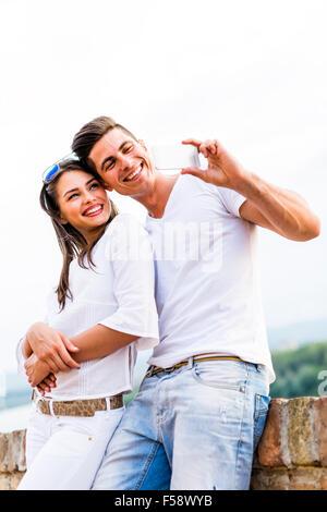 Jeune beau couple en tenant une de selfies eux-mêmes et d'être heureux Banque D'Images