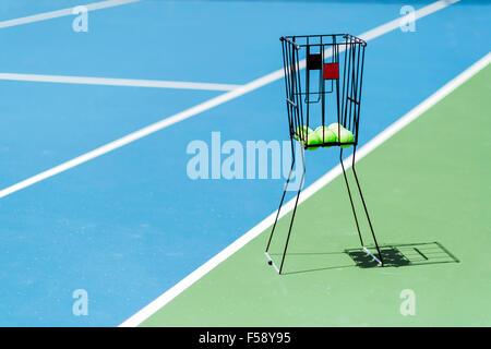 Beau terrain de tennis avec un ballon panier et des balles de tennis dans c Banque D'Images