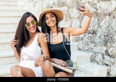 Les amis de prendre eux-mêmes des selfies en été Banque D'Images