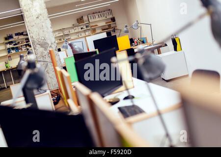 L'intérieur de bureaux vides avec des ordinateurs et lampes Banque D'Images
