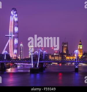 Un soir vue de Londres prendre la vue des chambres du Parlement, le London Eye et la Tamise. Banque D'Images