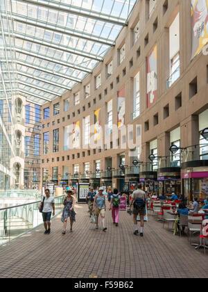 Hall de l'intérieur de la Bibliothèque publique de Vancouver (1995), Library Square, Vancouver, BC, Canada. Banque D'Images
