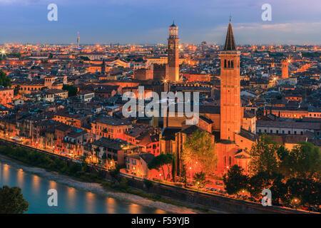 L'église Santa Anastasia et Torre dei Lamberti au crépuscule le long de l'Adige à Vérone, Italie. Banque D'Images