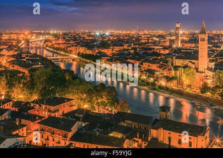 L'église Santa Anastasia et Torre dei Lamberti au crépuscule le long de l'Adige à Vérone, Italie. Prises de piazzale Banque D'Images