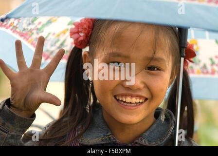 Portrait d'une fille Hmong au village de Lao Chai. Vietnam Banque D'Images