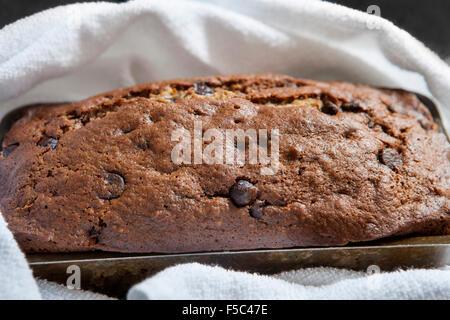 Pain aux bananes et aux grains de chocolat Banque D'Images