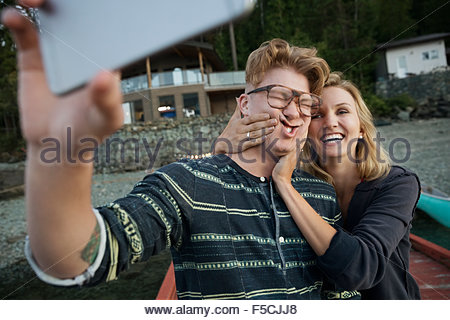 Playful couple making a face prenant selfies Banque D'Images