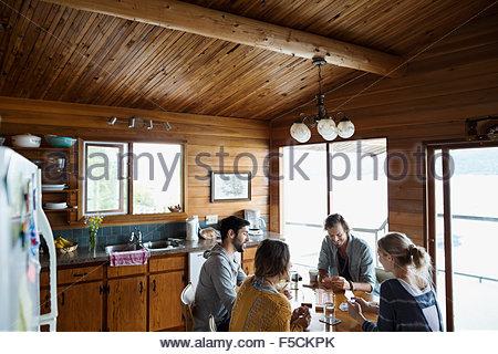 Jeunes amis jeu de cribbage à table cabine Banque D'Images