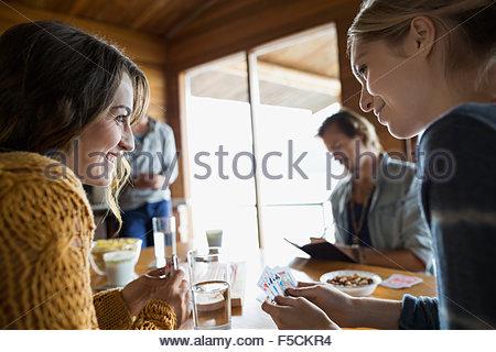 Jeunes amis jeu de cribbage à table Banque D'Images