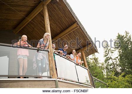 Family eating watermelon sur balcon cabine Banque D'Images