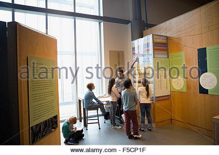 Enseignant expliquant la pièce à des étudiants en science center Banque D'Images