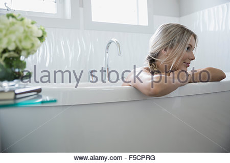 Woman relaxing in bathtub Banque D'Images