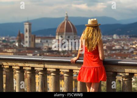 Une jeune femme en profitant de la vue de Santa Maria del Fiore cathédrale depuis la Piazzale Michelangelo, Florence, Banque D'Images