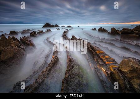 La magnifique plage de Barrika, en Biscaye, Pays Basque, Espagne, sur un ciel nuageux en soirée. Banque D'Images