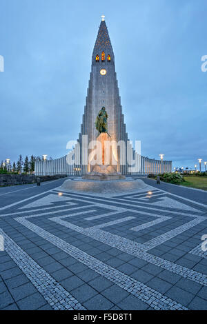 Église Hallgrims par Guðjón Samúelsson Architecte, Leif Erikson statue (Alexander Stirling Calder, sculpteur), Reykjavik, Banque D'Images