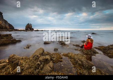Une belle jeune femme en profitant de la vue à Portizuelo Beach, Luarca, Plaza de Valdés, Asturias, Espagne. Banque D'Images
