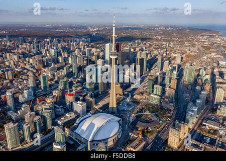 Coup de haut niveau de Toronto centre-ville avec la Tour CN et le Skydome Rogers Centre, au premier plan. Banque D'Images