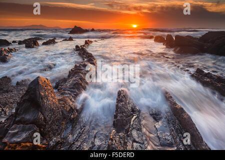 La magnifique plage de Barrika, en Biscaye, Pays Basque, Espagne, par le coucher du soleil. Banque D'Images