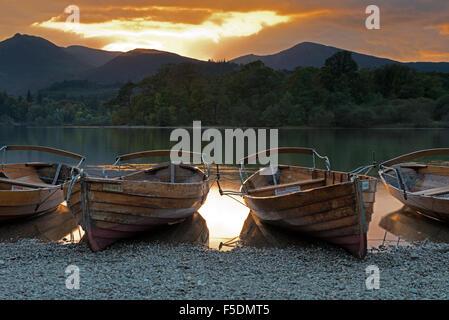 Barques sur la rive du Derwent Water près de Keswick au coucher du soleil, Lake District, Cumbria, England, UK, Banque D'Images