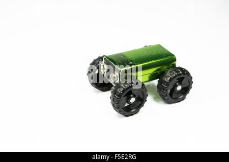 Petite batterie placée sur un ensemble o roues en plastique , image conceptuelle au sujet de la voiture électrique, Banque D'Images