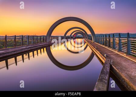 Roue de Falkirk au coucher du soleil. Roue de Falkirk est un ascenseur à bateaux rotatif en Ecosse et relie le Forth Banque D'Images
