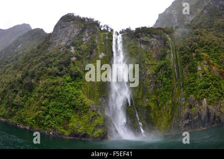 Cascade de Stirling, Milford Sound, Parc National de Fiordland, Nouvelle-Zélande Banque D'Images