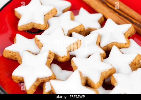 Cannelle noël star des cookies sur la plaque rouge Banque D'Images