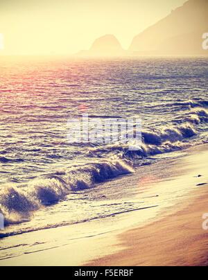 Vintage filtered plage au coucher du soleil avec l'effet flare, Californie, USA.