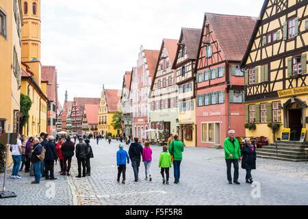 DINKELSBUEHL, ALLEMAGNE - 27 SEPTEMBRE: les touristes dans la vieille ville de Dinkelsbuehl, en Allemagne le 27 Banque D'Images