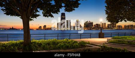 Jersey City Waterfront skyline avec Hudson River de Manhattan au coucher du soleil