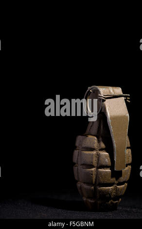 Grenade d'ananas comme utilisé par les forces américaines pendant la Seconde Guerre mondiale, sur un fond noir. Banque D'Images