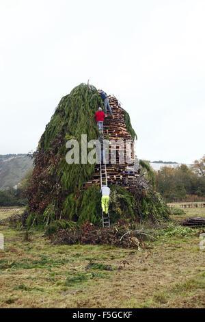 Les membres de la société de feu Cliff ajouter la touche finale à leur grand feu prêt à l'historique de Lewes Bonfire Banque D'Images