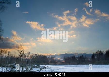 Hiver neige Paysage de remous du Danube après le coucher du soleil nuageux à racines nues Banque D'Images