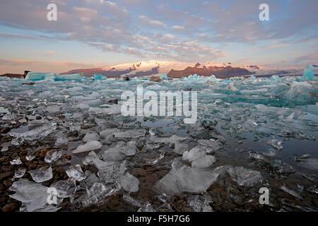 La glace, les icebergs et les montagnes neige-couvertes, Glacier Jökulsárlón Lagoon, Glacier de Vatnajokull, Parc Banque D'Images