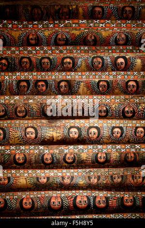 Anges peint sur un plafond de l'église à Gondar, Éthiopie Banque D'Images