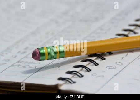 Un crayon sur un ordinateur portable ouvert Banque D'Images