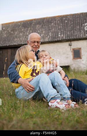 La Suède, Gotland, Faro, grand-père parler avec ses petits-enfants (2-3, 10-11) Banque D'Images