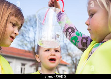 La Suède, Vastergotland, Olofstorp, Tence, les enfants de maternelle (2-3, 4-5) l'apprentissage en plein air Banque D'Images