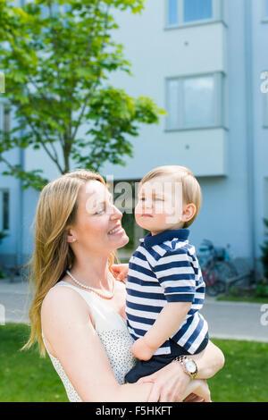 La Suède, Sodermanland, Nacka, Finnboda Hamn, Mère et bébé garçon (18-23 mois) in park