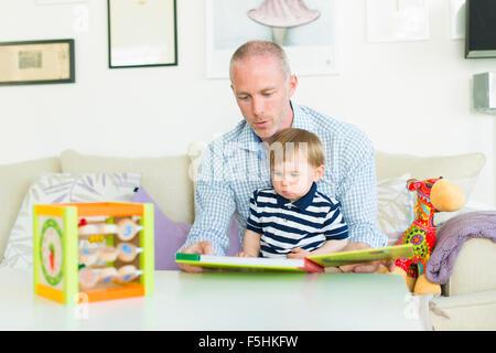 La Suède, l'homme la lecture à son fils (18-23 mois)