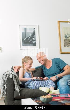 En Suède, le Père fait ses devoirs avec sa fille (8-9) Banque D'Images