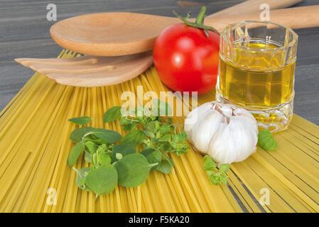 Ingrédients de base pour la cuisson des spaghettis sur une table en bois Banque D'Images