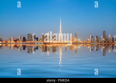 Skyline de tours reflété dans le ruisseau à l'aube dans la baie d'affaires à Dubaï Émirats Arabes Unis Banque D'Images